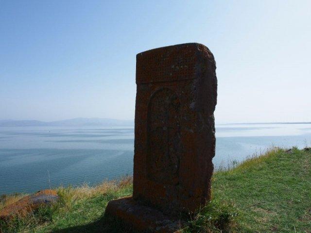 Chaczkar - kamienny krzyż, w oddali ormiańskie morze - Jezioro Sevan