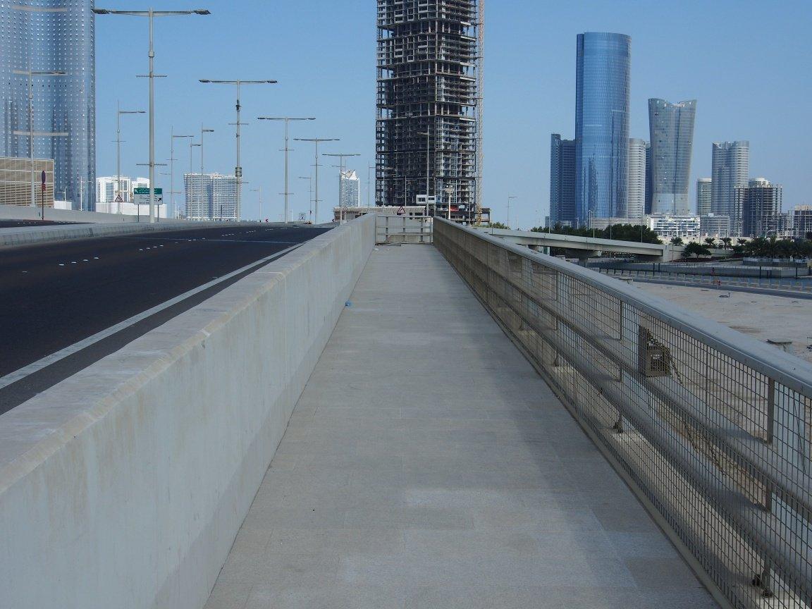 Urwany chodnik Abu Dhabi | ZEA