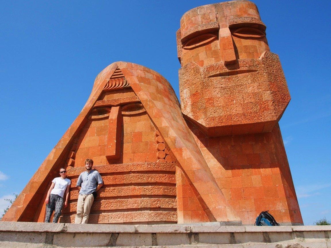 Tatik i Papik - narodowy pomnik przywiązania do rodziny i osób starszych w Stepanakercie | Górski Karabach