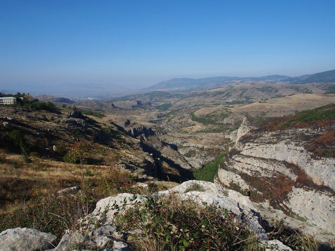 Wąwoz otaczający Shushi. W oddali stolica Stepanakert i dalej w stronę Agdam | Górski Karabach