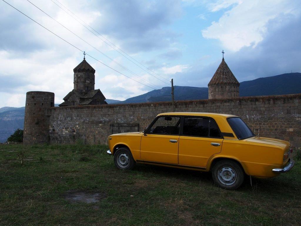 Monastyr Tatev i klasyka ormiańskiego autostopu - Łada